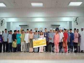Nie Ching menyampaikan sumbangan kepada masjid dan surau di Parlimen Kulai sempena Ramadan kelmarin.