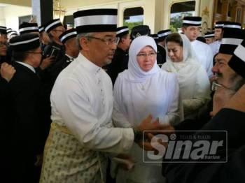 Al-Sultan Abdullah beramah mesra bersama orang ramai yang hadir dalam memberi penghormatan terakhir kepada ayahanda baginda di Istana Sultan Abu Bakar di sini, hari ini.