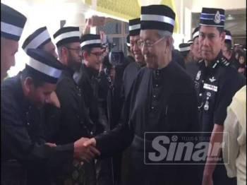 Perdana Menteri, Tun Dr Mahathir Mohamad bersalaman bersama orang ramai ketika memberi penghormatan terakhir kepada Almarhum Paduka Ayahanda Sultan Pahang, Sultan Ahmad Shah di Istana Abu Bakar Pekan, di sini, hari ini.