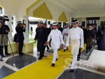 Sultan Hassanal Bolkiah (tengah) diiringi Tengku Hassanal Ibrahim masuk ke dalam balairung Seri Istana Abu Bakar, sebentar tadi.