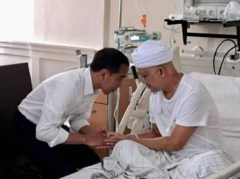 Jokowi menunjukkan gambar beliau bersama Ust Arifin Ilham ketika Allahyarham mendapatkan rawatan di Rumah Sakit Cipto Mangunkusumo di Jakarta. Foto: Twitter Jokowi