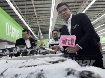 Saifuddin meninjau harga barangan kawalan didalam Pasaraya Giant ketika sesi Pelancaran semula Giant Hypermarket Batu Caves, Selangor. - FOTO:ZAHID IZZANI