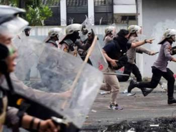 Pemerintah Indonesia bertindak membataskan akses aplikasi WhatsApp bagi mengawal penyebaran info hasutan dan maklumat palsu. - FOTO REUTERS
