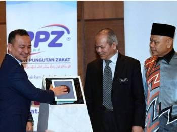 Dr Maszlee  melancarkan Program Zakat Semarak Ilmu dengan kerjasama KPM, MAIWP, PPZ dan ITBM di Putrajaya hari ini.  - Foto Bernama