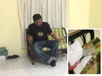 Mohd Shahrel ketika ditemui ibu dan sepupunga menginap di sebuah hotel, Isnin lalu. (Gambar kecil: Sebilah parang ditemui bersama Mohd Shahrel, Isnin lalu.)
