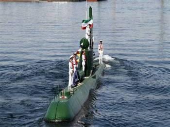 Tentera laut Iran berdiri di atas kapal selam Ghadir-942 berhampiran pelabuhan Bandar Abbas di Selat Hormuz.