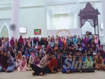 Seramai 250 murid dari 14 sekolah terpilih menerima baucar membeli belah.