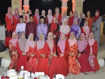 Rina (duduk tengah, empat dari kiri) bersama bersama Ketua-Ketua Penaja Bahagian Srikandi Bersatu Sabah.
