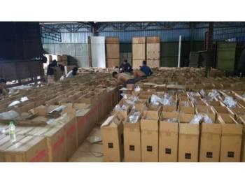 Polis merampas 43,500 karton rokok dianggar bernilai RM7.13 juta dalam serbuan di Shah Alam, Selangor, semalam.