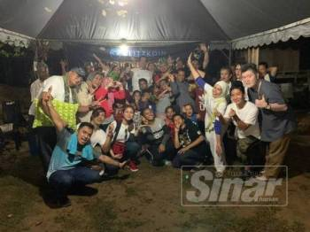 Sukarelawan Unit CSR Glitzkoin dan NGO Shoulder dengan kerjasama LPPKN serta TUDM meraikan kegembiraan bersama penduduk orang asli selepas Program Jiwa Murni Majlis Iftar Ramadan bersama Masyarakat Orang Asli Kg Jeram Padang, Bahau, Negeri Sembilan.