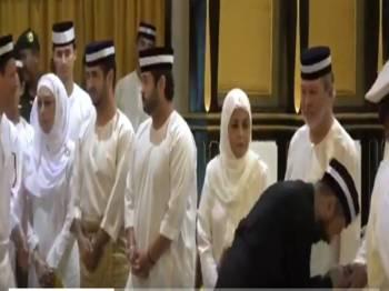Paparan skrin rakaman video menunjukkan Menteri Besar Kedah, Datuk Seri Mukhriz Tun Mahathir tidak bersalaman dengan Sultan Johor, Sultan Ibrahim Sultan Iskandar.