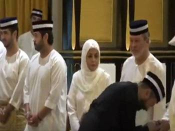Paparan skrin rakaman video menunjukkan Mukhriz tidak bersalaman dengan Sultan Ibrahim Sultan Iskandar.