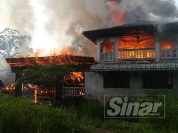 Api sedang marak membakar salah sebuah rumah di belakang SK Rantau Panjang.