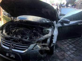 Keadaan kereta rasmi Mufti Perlis Dr Mohd Asri Zainul Abidin yang terbakar dipercayai akibat perbuatan khianat pada kira-kira 5 pagi, 22 Mei lepas. - Foto Bernama