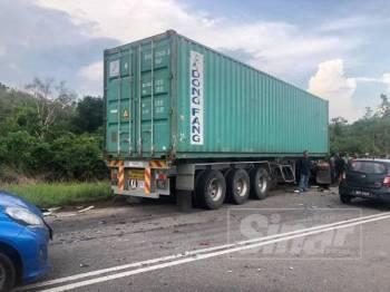 Keadaan treler selepas kemalangan di KM35 Jalan Tampin Gemas, hadapan Sekolah Rendah Sungai Dua.