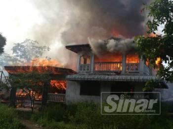 Api sedang marak membakar salah sebuah rumah.