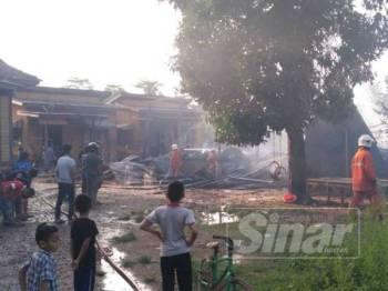Kebakaran yang berlaku di hadapan rumah Noriah.