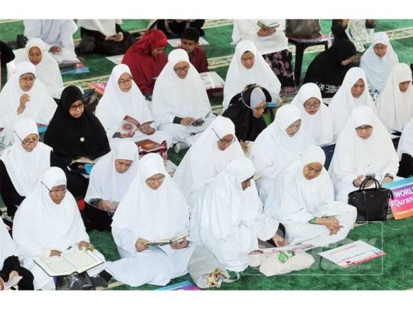 Hadirin Muslimat Pas membaca al-Quran pada pelancaran World #QuranHour: Sinergi Misi al-Khaf di Masjid Taman Subang Perdana.   - FOTO ROSLI TALIB