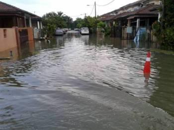 Antara kawasan di Meru yang dinaiki air selepas hujan lebat sejak petang semalam.(FOTO: IHSAN BOMBA)