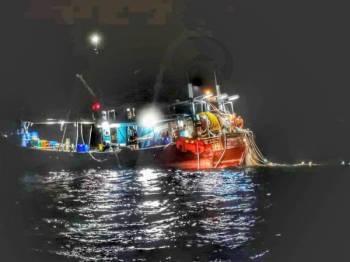 Bot kelas C dibawa ke Jeti Pasukan Polis Marin di Batu Uban bersama tiga nelayan yang ditahan awal pagi tadi.
