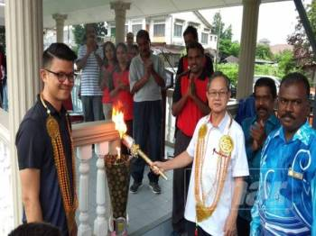 Boon Chye menyalakan obor sebagai simbolik perasmian Sukan Tahunan SJKT Gunung Rapat di sini hari ini.