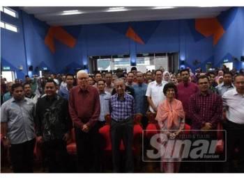 Dr Mahathir (tengah) bergambar bersama penerima KIDA pada Majlis Pelancaran KIDA di Kompleks Angkatan Pertahanan Awam (APM) Langkawi, di sini tadi.