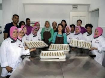 Timbalan Menteri Pembangunan Wanita, Keluarga dan Masyarakat, Hannah Yeoh bergambar bersama peserta program Women of Will's (WOW) Community Kitchen di PPR Batu Muda, di sini hari ini. - Foto Bernama