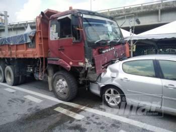 Antara kenderaan yang terlibat dalam kemalangan di hadapan sebuah pasar raya di Taman Connaught, Kuala Lumpur, tengah hari tadi.