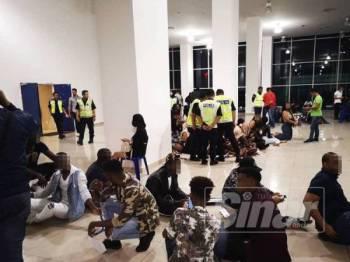 Antara warga asing yang ditahan dalam operasi di sekitar Kuala Lumpur, malam tadi.
