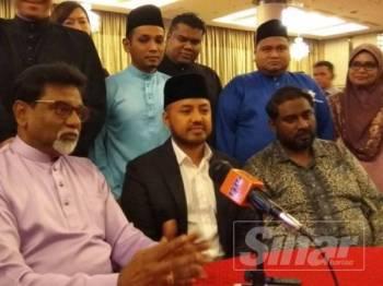Farhash Wafa Salvador (duduk, tengah) bersama Xavier ( kiri) dan Tinagaran (kanan) ketika sidang media di sini hari ini.