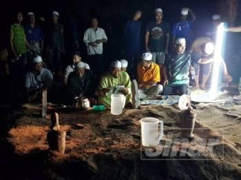 Jenazah Anuar dan isterinya selamat dikebumikan di Tanah Perkiburan Islam Kampung Sura Tengah kira-kira jam 9 malam, sebentar tadi.