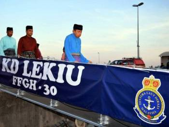 Sultan Selangor Sultan Sharafuddin Idris Shah (kanan) berkenan berangkat pada Majlis Berbuka Puasa (Ihya' Ramadan) Bersama warga Tentera Laut Diraja Malaysia (TLDM) 1440H di KD Lekiu, Pusat Hidrografi Nasional, Pulau Indah hari ini. Foto: Bernama