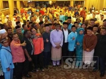 Xavier (tengah) bersama pimpinan PKR Perak dan di peringkat cabang ketika hadir ke Majlis Iftar Perdana anjuran PKR Perak, di sini hari ini.
