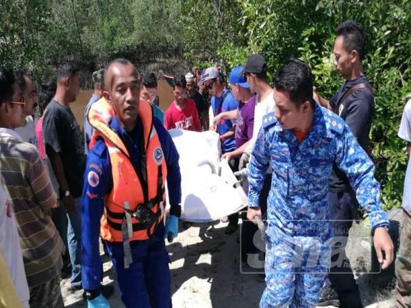 Mayat mangsa lemas dibawa naik ke jeti Ayer Baloi, tengah hari tadi.
