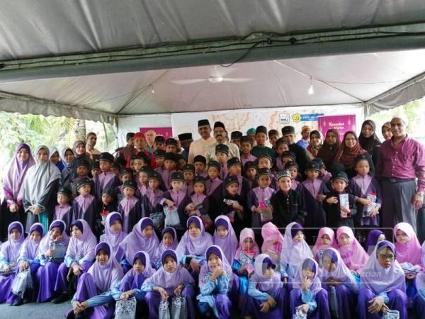 Abu Bakar bersama pimpinan MMJ bergambar sumbangan terdiri daripada anak yatim beberapa rumah sekitar Selangor dan Kuala Lumpur.