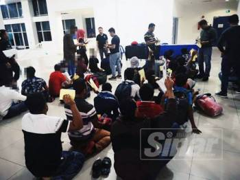 Polis ketika melakukan pemeriksaan ke atas warga asing termasuk Afrika dalam Operasi Bersepadu Warga Afrika semalam.