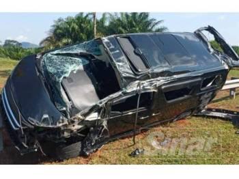 Toyota Vellfire dipandu Mohd Faizal terbabas naik ke atas pengadang jalan sejurus kemalangan berlaku.