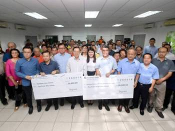 Menteri Kewangan Lim Guan Eng dan Anggota Parlimen Sandakan Vivian Wong Shir Yee (tengah) bergambar bersama sebahagian pemimpin agama selepas menyampaikan sumbangan pada Program Pemberian Sumbangan Kepada Badan-Badan Agama Kawasan Parlimen Sandakan di Pusat Kegiatan Belia hari ini. - Foto Bernama