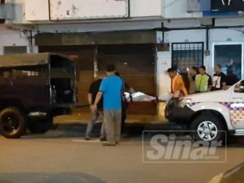 Anggota polis mengangkat mayat wanita warga Myanmar yang ditemui tergantung di Bandar Baru Medan Ipoh, hari ini.