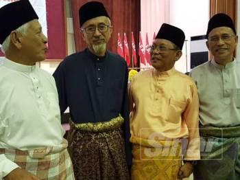 Raja Bahrin (dua kiri) berbual mesra bersama ahli Parti Pribumi Bersatu Malaysia (Bersatu) yang hadir pada program Iftar PH Dungun Bersama Komuniti di PSMZA Dungun, hari ini.