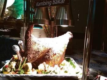 Kambing panggang antara hidangan popular di buffet Ramadan. - Gambar hiasan