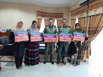 Gharizah (dua dari kiri) bersama Panglima 1 Briged Markas Briged Pertama INFANTRI Malaysia, Briged Jeneral Mohd Nazri Abd Rahman (tengah) pada  pertemuan di pejabatnya.