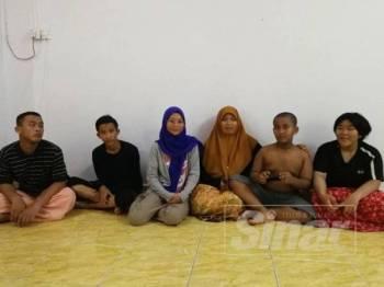 Athira (tiga dari kiri) bersama ibunya Normizana (tiga dari kanan) dan adik-adiknya ketika ditemui di rumah mereka di Taman Rasa Utama, Kuala Kubu Bharu.