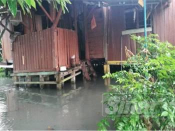 Sekeliling rumah Noraini akan dinaiki air setiap kali hujan.