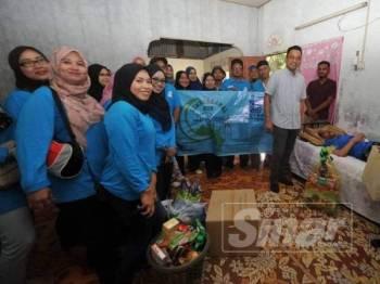 Mohd Khuzzan (dua dari kanan) sewaktu program Kembara Amal Ramadan Putra Specialist Hospital (PSH) Batu Pahat di DUN Semerah semalam.
