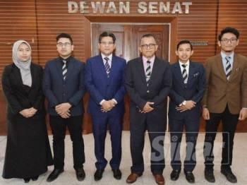 Hassan Basri (tiga, kanan) dan Mohd Afandi (tiga kiri) bersama empat pemimpin pelajar dilantik sebagai ahli dan pemerhati Mesyuarat Senat Unisza di sini hari ini.