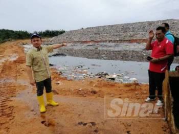 Maszlee (kiri) sewaktu melawat Pusat Pelupusan Sampah di Ladang CEP 1, Renggam, baru-baru ini.