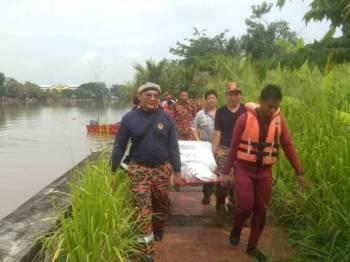 Beberapa anggota bomba mengusung mayat mangsa ditemui kira-kira jam 10.21 pagi di Sungai Kedah, di sini, hari ini. - FOTO IHSAN JBPM