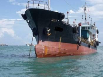 Dua kapal yang berjaya ditahan Zon Maritim Tanjung Sedili kerana berlabuh tanpa kebenaran di perairan Johor Timur dalam Op Khas Pagar petang semalam.