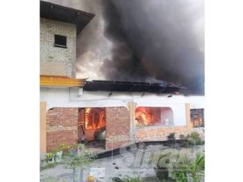 Api marak membakar rumah di Jalan Enggang, Felda Taib Andak, Kulai, tengah hari tadi.